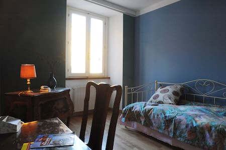 Colorful single room in art residence-Ivrea centre - Ivrea - Bed & Breakfast