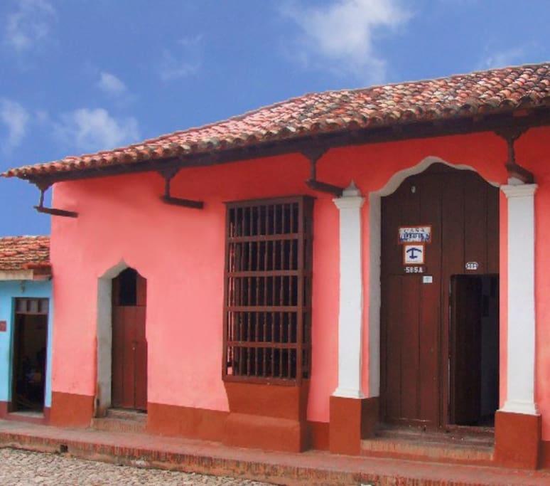 Esta foto es la fachada de la casa y tiene el nombre de la casa VILLA MARTINEZ.