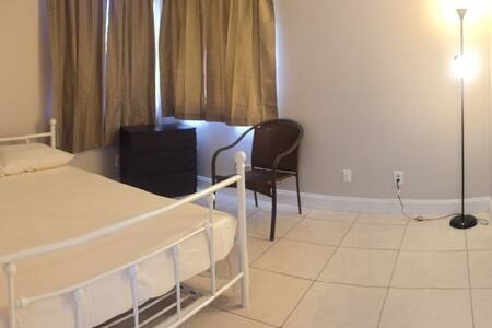 Pvt bed/bath in a house close t all - Pembroke Pines