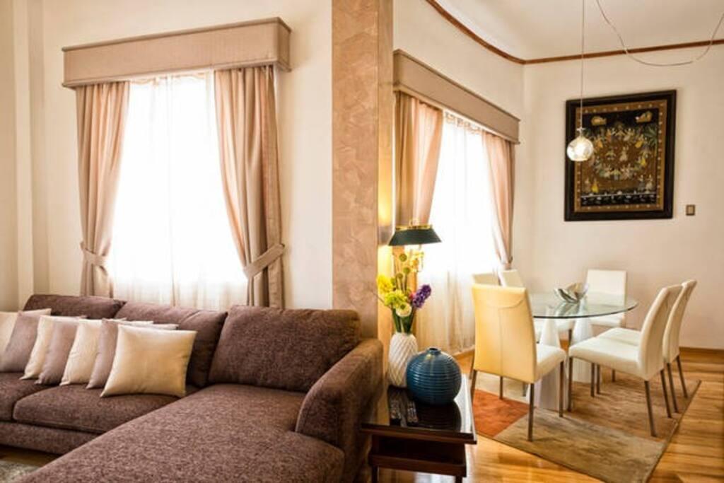 otro Angulo de la sala, con las ventanas, grandes y modernas.