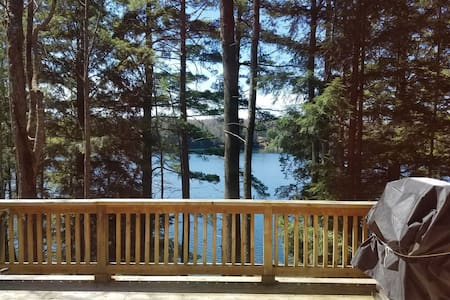 TOWN LAKE LODGE (15 miles from Pictured Rocks): Canoe included!