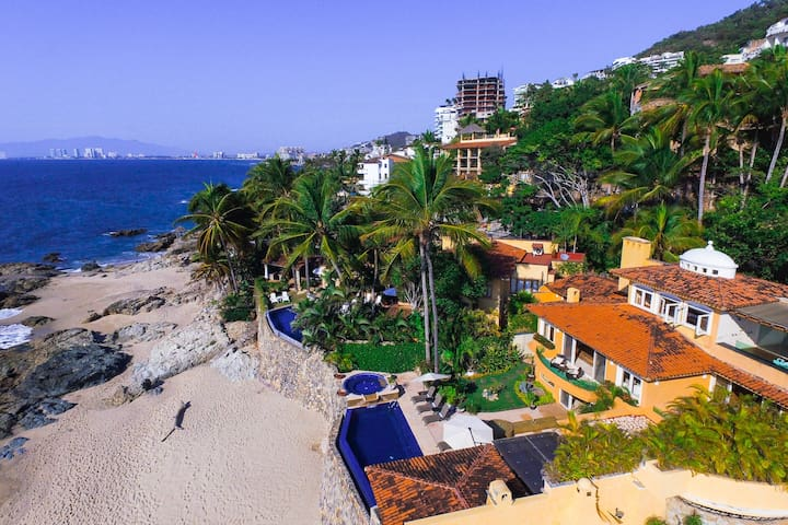 Luxury Beachfront 5 Mins to Town!