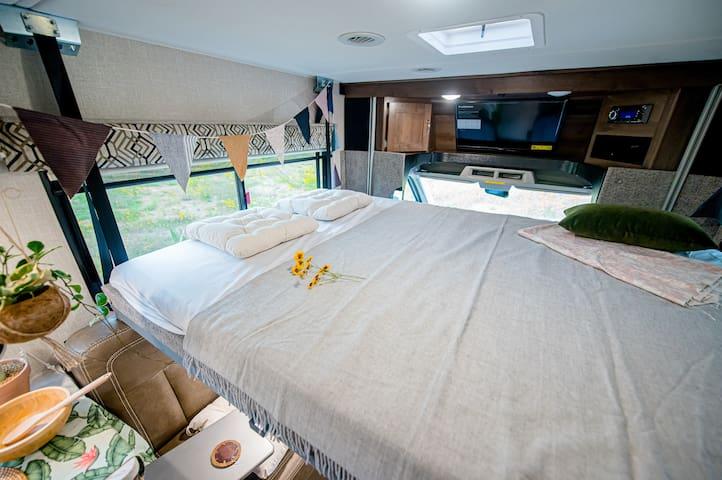창을 열면 자연과 하나되는 세상 하나뿐인 침실입니다  누워서도 편하게 볼수 있는 TV 디테일함이 럭셔리 입니다