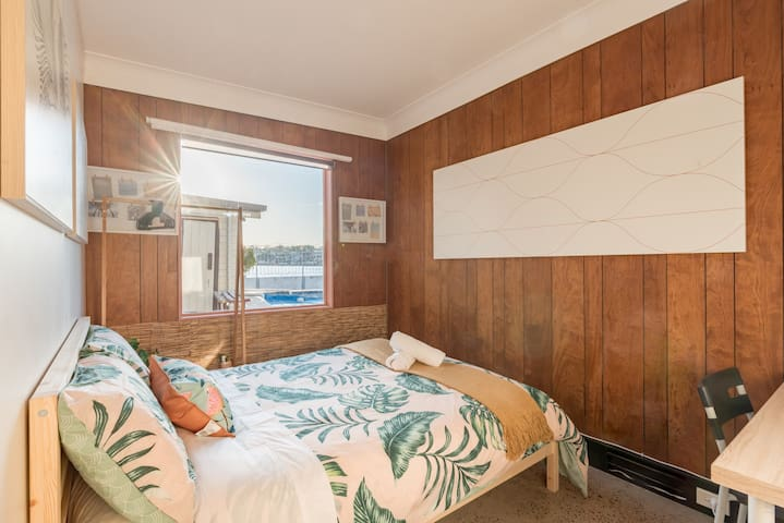 Boutique Private Room at Waterfront Beach Retreat G4