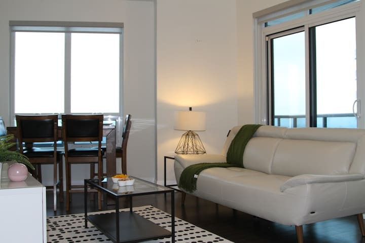 ✰✰Spacious 2BR Condo with Great View and Parking✰✰