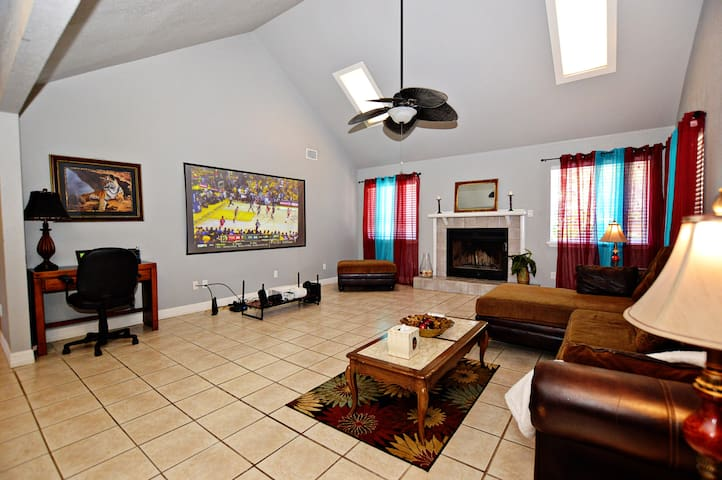 "☆ 100"" TV, 7 beds, Pool table, Wifi, & more! ☆"