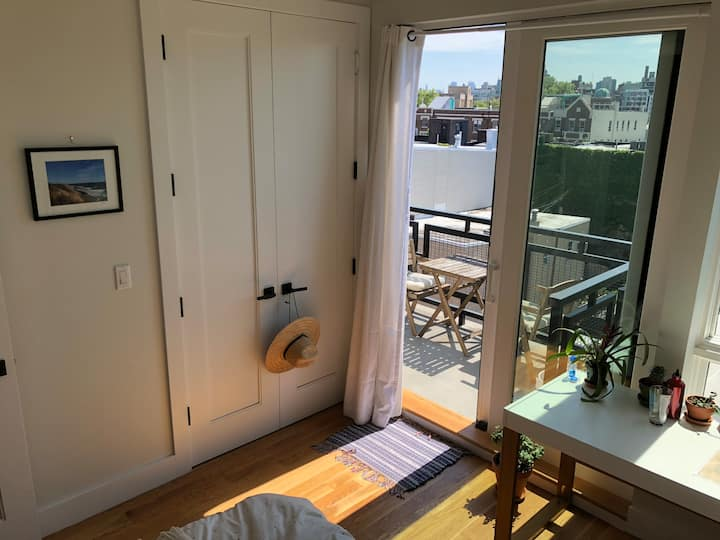 Bright new room w/ amazing view! 15 min. to city