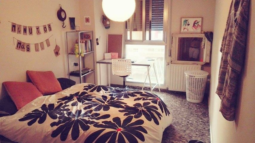 Welcoming  private room & bathroom :) WIFI - València - Apartment