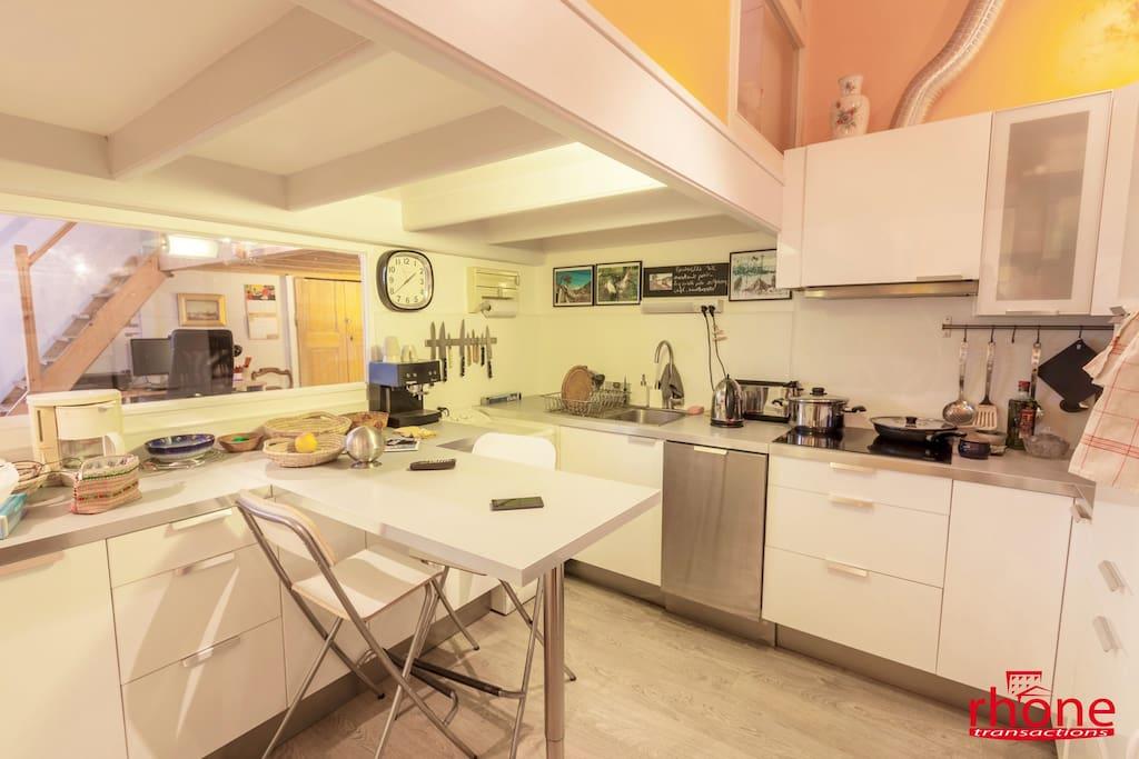 cuisine équipée lave linge et lave vaisselle ouverte sur salle à manger