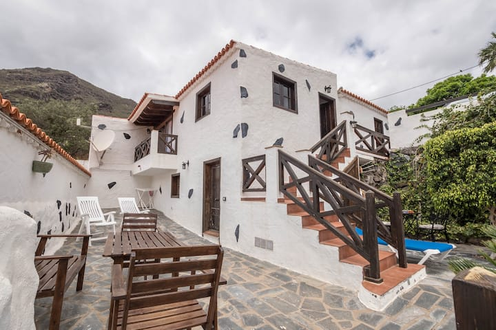 Typical Canarian Holiday Home Mercedes with Wi-Fi, Terrace & Mountain View; Parking Available