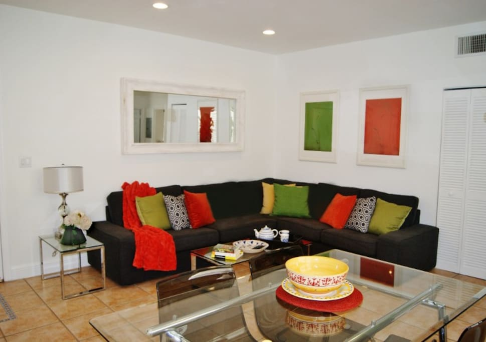Living/dining room with Smart TV (Cable, Internet, Netflix, Amazon Prime...)