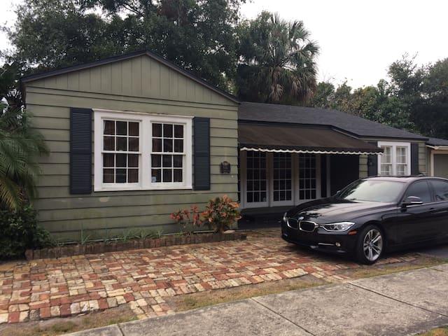 Trendy 3/2 bungalow -downtown core - Orlando - Huis