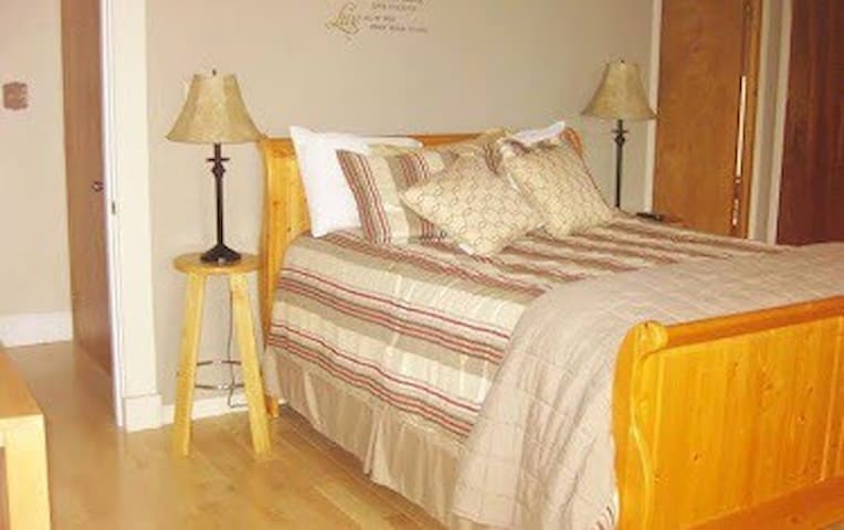 Coldstream Room, Covered Bridge Bed & Breakfast