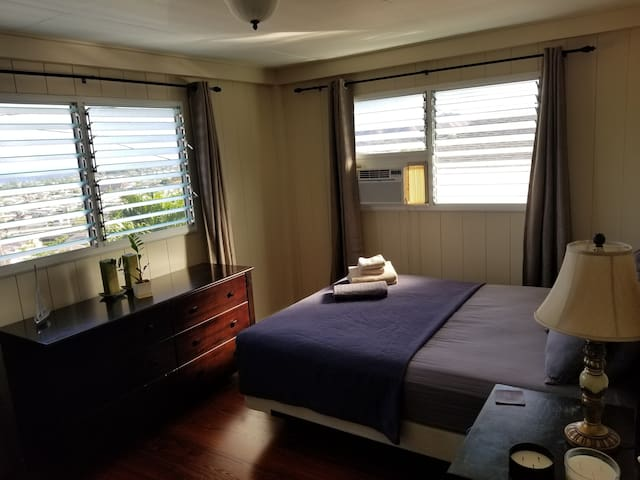 Room in a house with an ocean view, near Waikiki