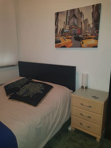 Room Close to Airport / Hab. Cerca de Aeropuerto.