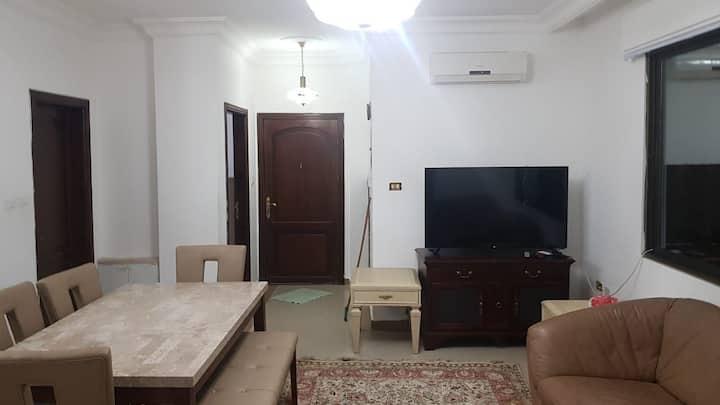 شقه  مع بلكون ١٠٠ متر مربع قريبه من جامعة البتراء