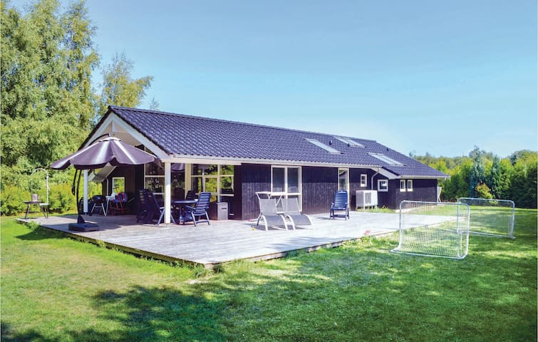 Holiday cottage with 4 bedrooms on 125m² in Væggerløse