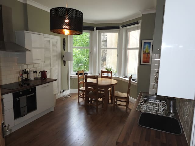 Bright spacious flat in Shawlands
