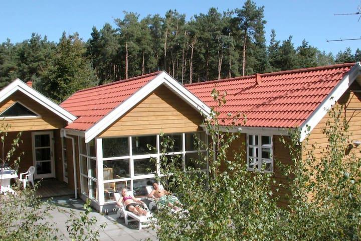 Hübsches Cottage mit Sauna in Aakirkeby