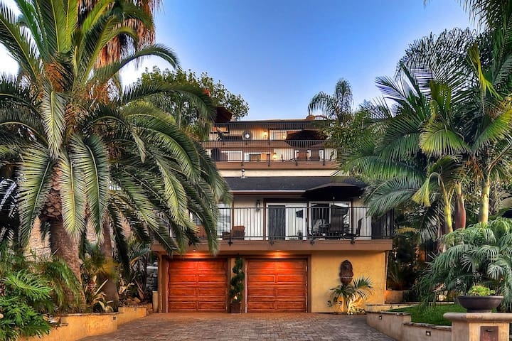 Tropical home w/loft, spacious deck, outdoor dining, walk to beach