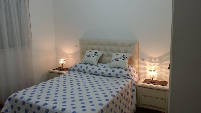 Dormitorio Principal con aire acondicionado, led samsung 32 pulgadas.Amplio placard e importante espejo en pared.