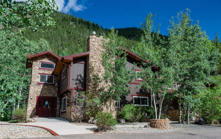 Spectacular Mountain Lodge with views -  Sleeps 24