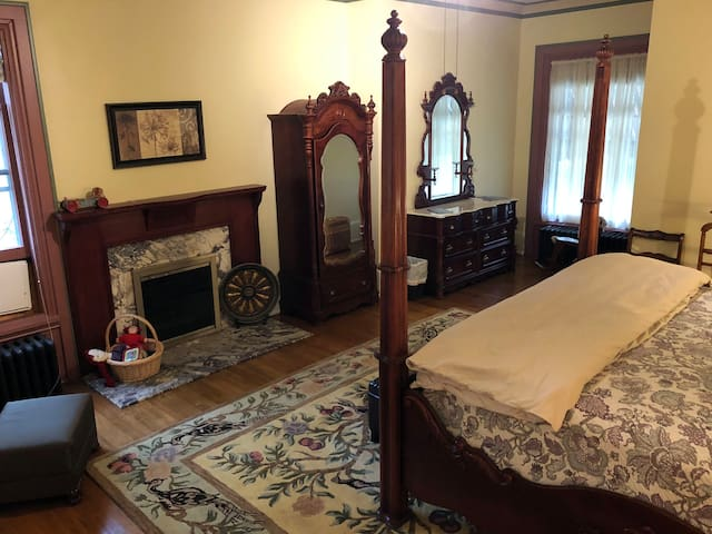 Room 1 Four-Poster King - The Parsonage Inn B&B