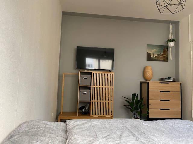 Gemütliches und zentrales Zimmer mit Fernseher, Doppelbett, Musikanlage und Co   Cozy rand central room with TV, queen size bed, music box etc.