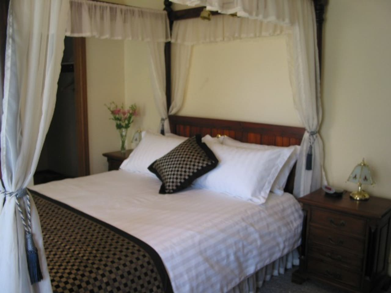 "Main Bedroom (Queen four-posterbed) with ensuite (shower & toilet) & walk in robe & 32"" TV"