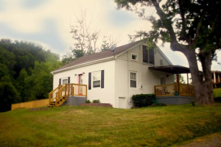 """""""The Flying Piggy"""" A Cozy Cottage in the Smokies"""