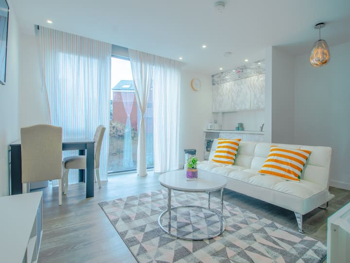 *BRAND NEW* White opulent apartment in city center