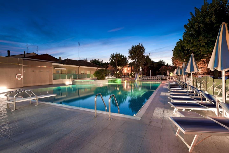 La zona piscine del Resort Paris (a soli 30 metri dalla Suite Apartment)