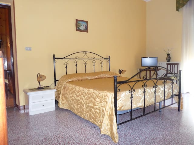 AMPIA CAMERA MATRIM. + 2 POSTI LETT - Civita - Bed & Breakfast