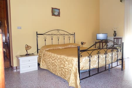 AMPIA CAMERA MATRIM. + 2 POSTI LETT - Bed & Breakfast