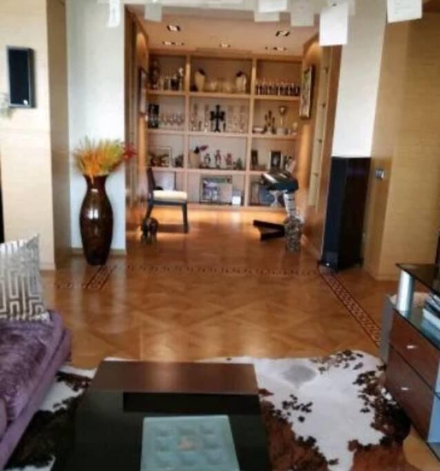 Квартира очень замечательная.Просторная.Общая площадь 250 квадратных метра.