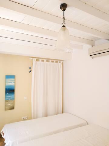 2nd bedroom, 2 single beds