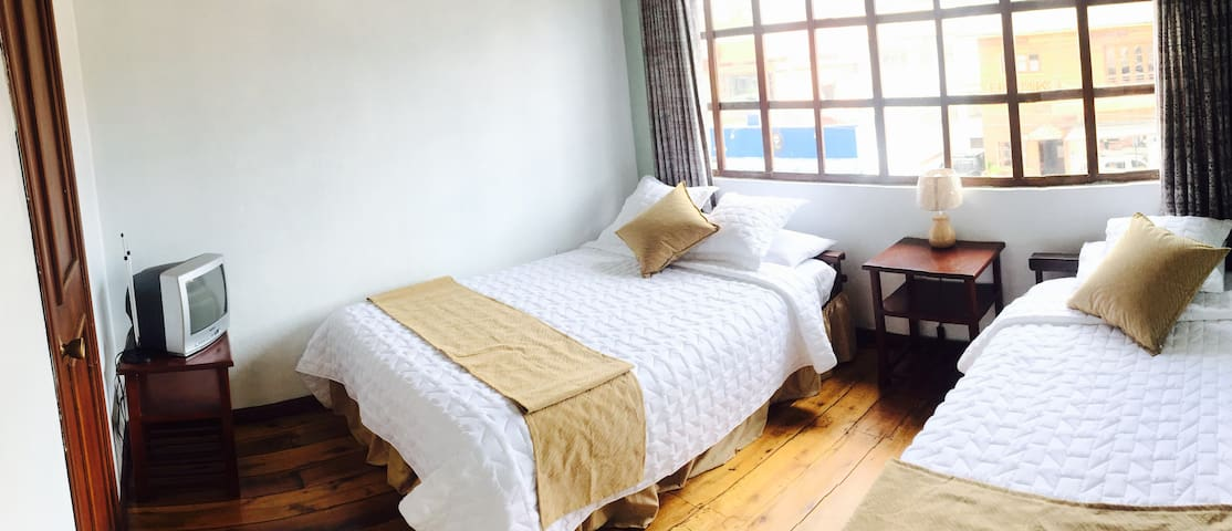 Twin room 2 beds- Aleidas Hostel - Quito - Inap sarapan