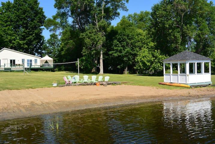 Barryvale Haven, Lakefront Cottage - Calabogie - Cabaña