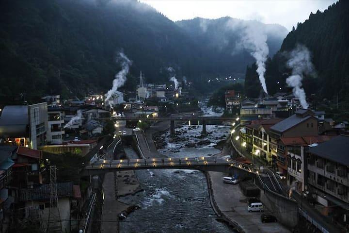 杖立温泉は1800年の歴史をもち、川を挟んだ町にのぼり立つ湯けむりと蒸し場