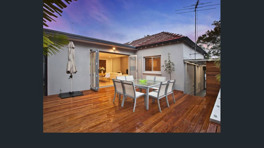 Modern open plan house with deck - Leichhardt - House