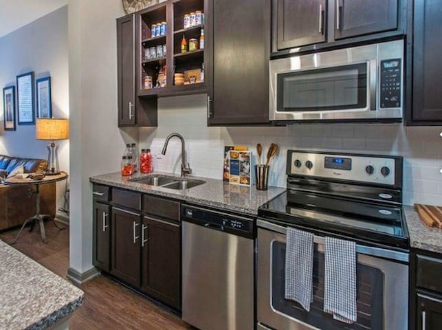 Luxurious, Safe, Prime Location **UAB** Queen Bed