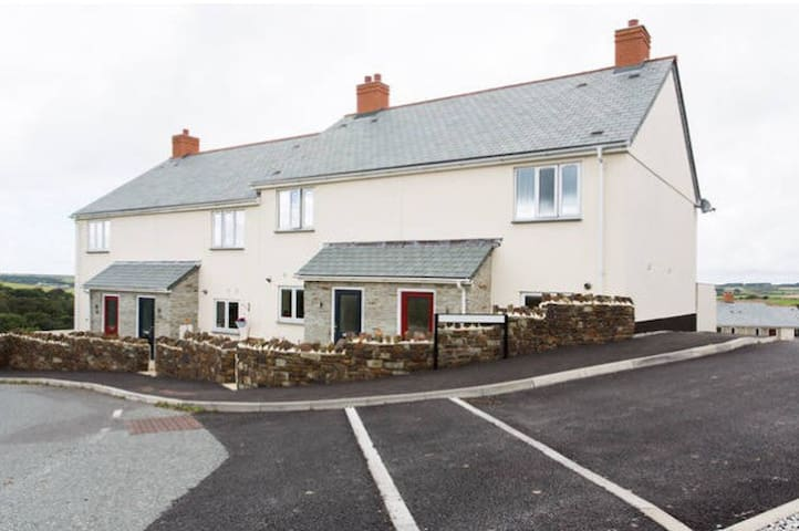 Modern house in village location - Newquay - Casa