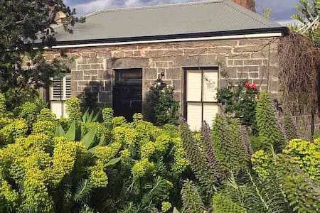 Sea Garden Cottage-metres to beach/cafes/transport