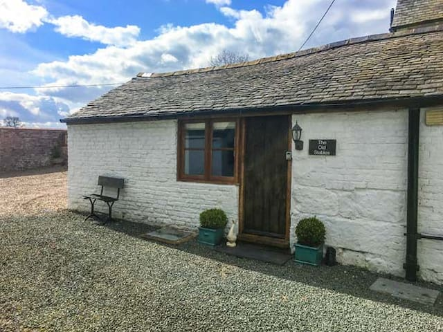 THE OLD STABLES, pet friendly, with a garden in Knockin, Ref 22008