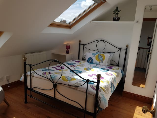Jan Offer - £18/night - Bright Room at the Top