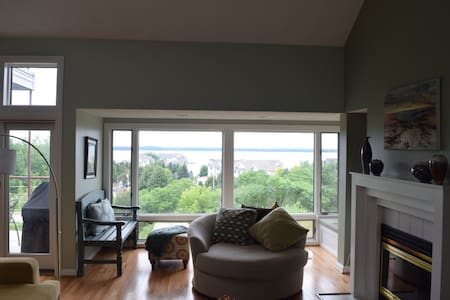 Condominium w/ gorgeous view of Erie's Bayfront - Selveierleilighet