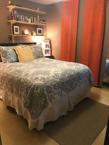 Great S. Austin room with bus access to downtown.