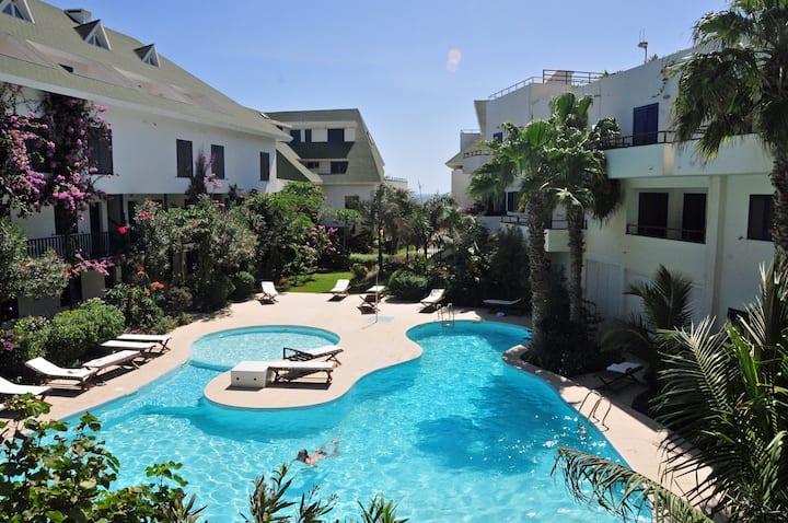 Bonito estudio con terraza, vista al mar y piscina