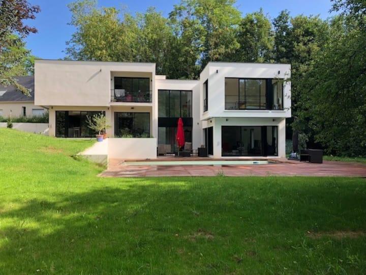 Maison d'architecte, arborée et spacieuse
