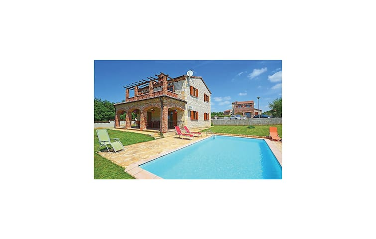 Holiday cottage with 4 bedrooms on 132 m² CIC524